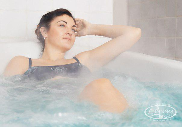 """Санаторій """"Діброва"""" спеціалізується на водолікуванні. Наш профіль - лікування природними радоновими водами. У Санаторії є три радонові свердловини з концентрацією радона 150-200 еман. Застосовуються радонові води у формі ванн, а також у процедурі підводного витягнення хребта."""